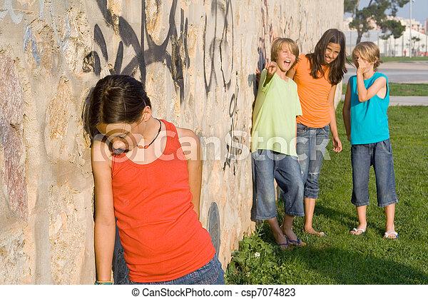 Aburrido de la escuela o abusador de niños tristes y solitarios - csp7074823