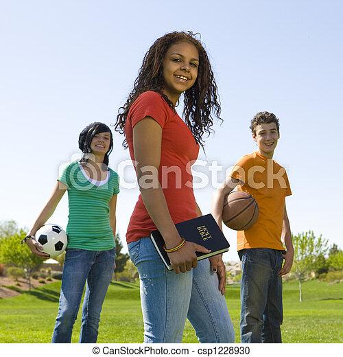 Tres adolescentes con biblia - csp1228930