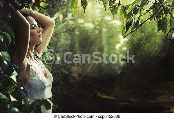 Adorable morena sexy en un bosque tropical - csp6452086