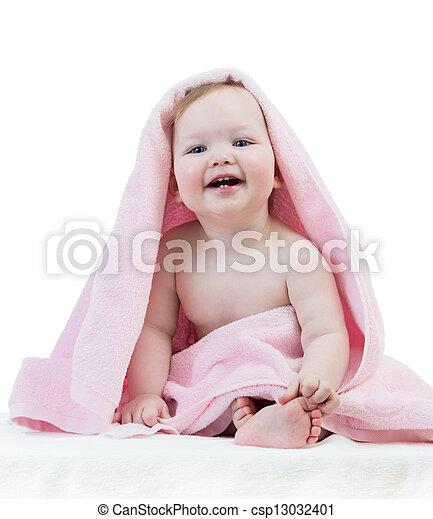 Adorable niña feliz en toalla - csp13032401