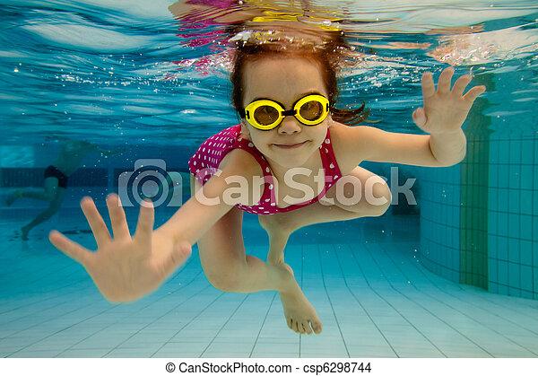 La chica sonríe, nadando bajo el agua en la piscina - csp6298744
