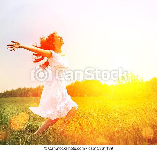 Disfrutar. Mujer feliz libre disfrutando de la naturaleza. Chica al aire libre - csp15361139