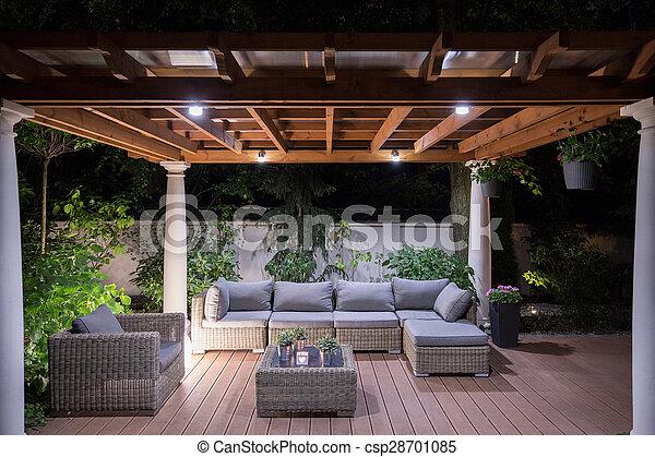Al puerto con cómodos muebles de jardín - csp28701085