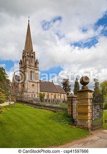 Iglesia Cotswold en el pueblo de Batsford, Gloucestershire - csp41597666