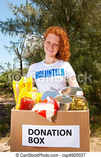 Voluntario con una caja de donación de alimentos - csp4920037