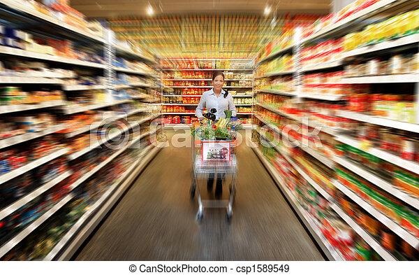 Comida para mujeres en el supermercado - csp1589549