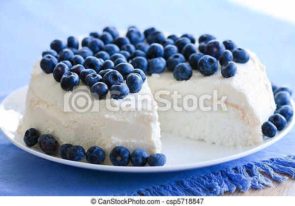 Pastel de comida de ángel - csp5718847