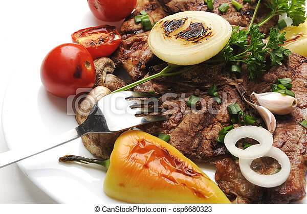 Deliciosa comida preparada y decorada sobre la mesa - csp6680323