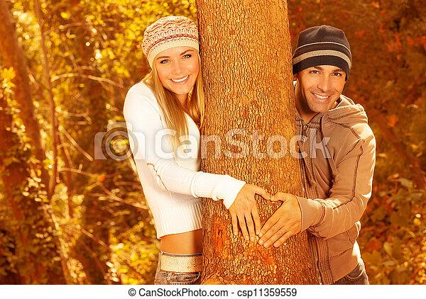 Amantes felices en el bosque de otoño - csp11359559