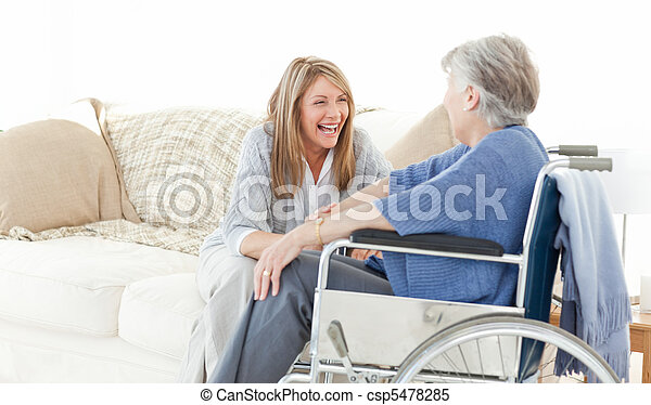 Amigos mayores hablando juntos - csp5478285
