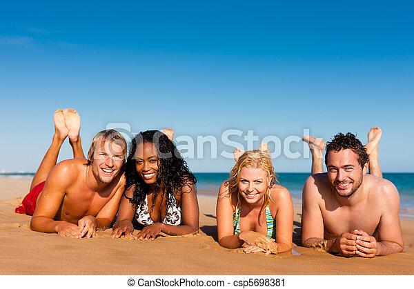 Amigos de vacaciones en la playa - csp5698381