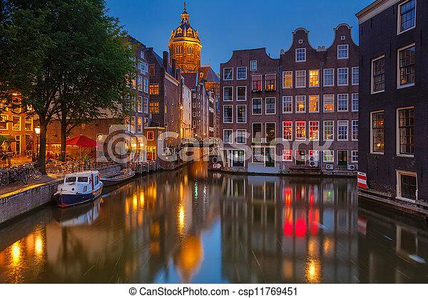 Amsterdam por la noche - csp11769451