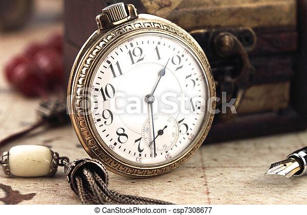 Un reloj de bolsillo antiguo y objetos de decoración - csp7308677