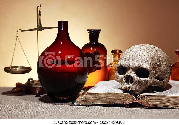 Farmacéutica antigua - csp24439303