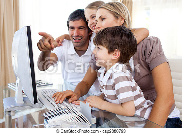 Los niños aprenden a usar una computadora con sus padres - csp2880793