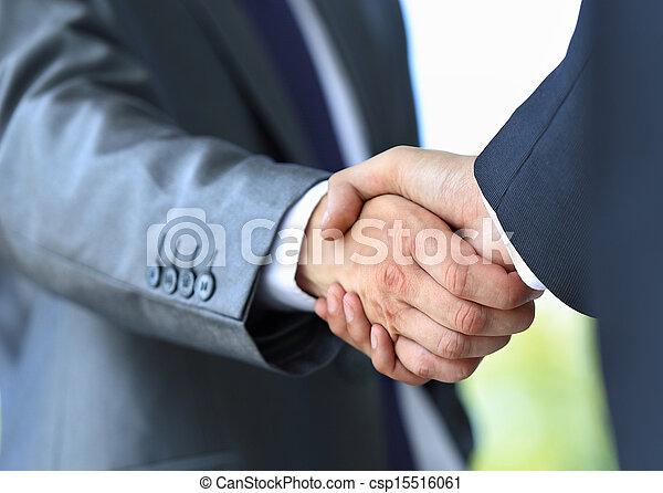 Un apretón de manos en la oficina - csp15516061