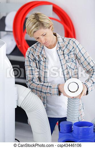 Artesanía femenina instalando el sistema de cableado - csp43446106