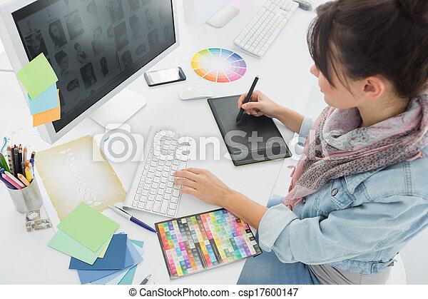 Artista dibujando algo en tabla gráfica en la oficina - csp17600147