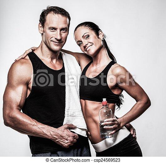 Pareja atlética después del ejercicio de aptitud - csp24569523