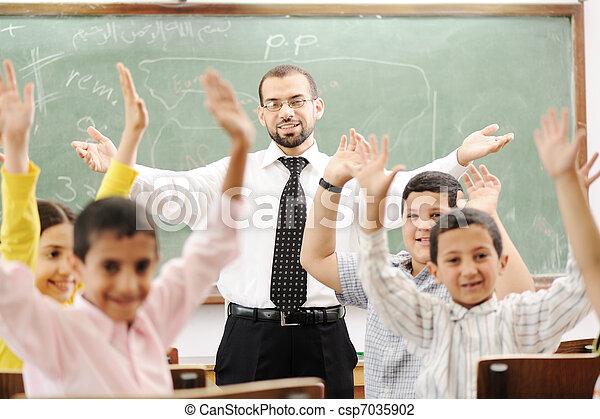 Actividades de educación en la escuela, niños felices aprendiendo - csp7035902
