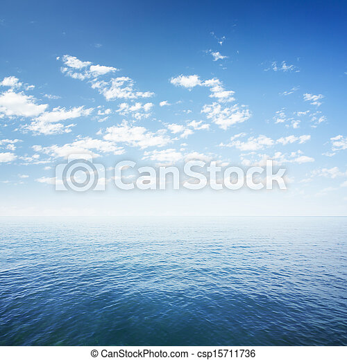 El cielo azul sobre el mar o la superficie del agua del océano - csp15711736