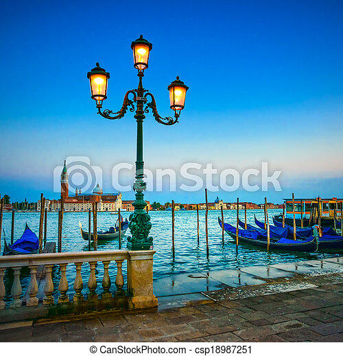 Venecia, la lámpara de la calle y las góndolas o góndolas en un atardecer azul crepúsculo y el monumento de Giorgio San Maggiore. Italia, Europa. - csp18987251