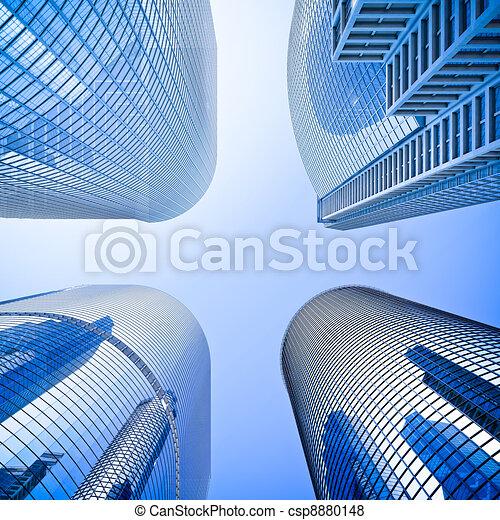 Vidrios de altura azul rascacielos de intersección en ángulo bajo - csp8880148