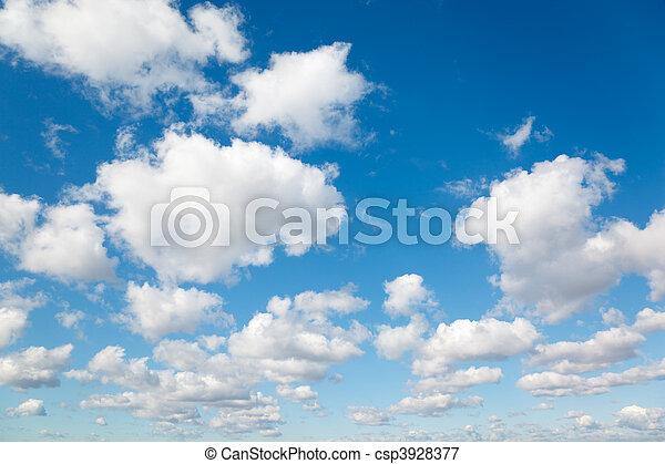 Nubes blancas y suaves en el cielo azul. El fondo de las nubes. - csp3928377