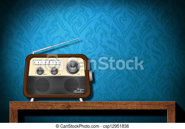 Retro radio en la mesa de madera con papel azul - csp12951836