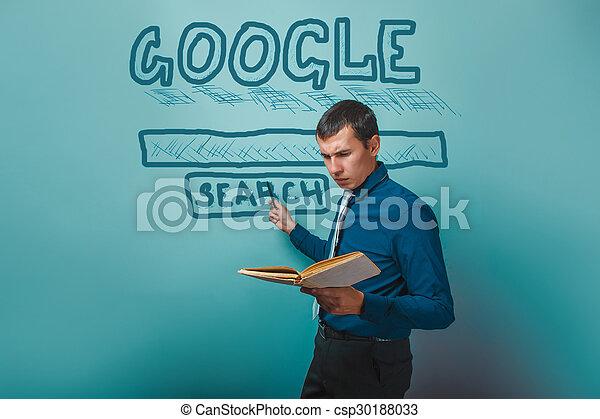 El hombre muestra un puntero para buscar en Google sosteniendo un informe de un libro - csp30188033
