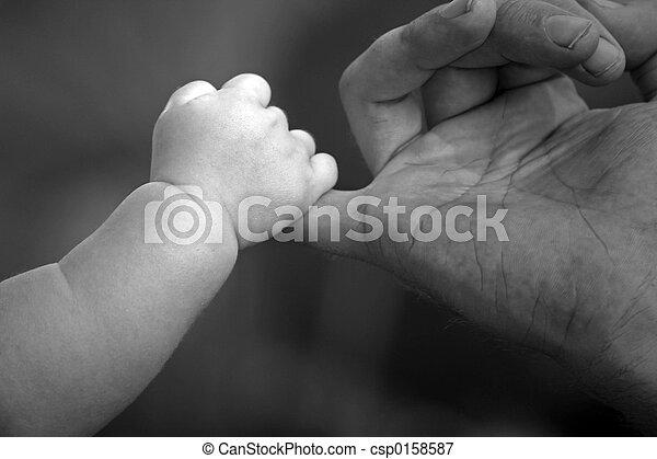 Bebé aguantando - csp0158587