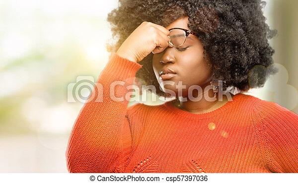 Con expresión somnolienta, con exceso de trabajo y cansancio, se frota la nariz por cansancio - csp57397036
