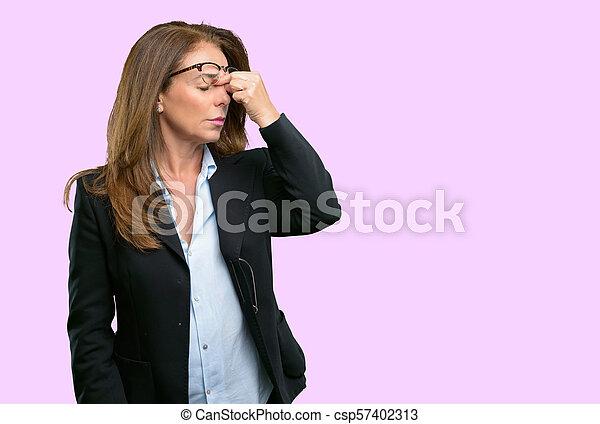 Con expresión somnolienta, con exceso de trabajo y cansancio, se frota la nariz por cansancio - csp57402313
