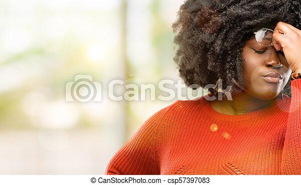 Con expresión somnolienta, con exceso de trabajo y cansancio, se frota la nariz por cansancio - csp57397083
