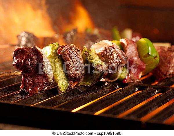 Beef shishkababs en la parrilla - csp10991598
