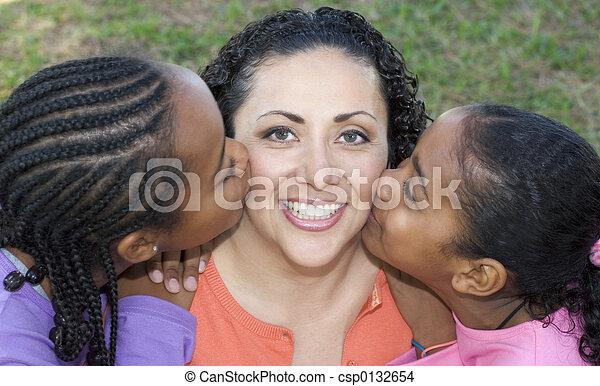 Niños besando a mamá - csp0132654