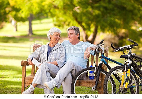 Una pareja mayor con sus motos - csp5810442