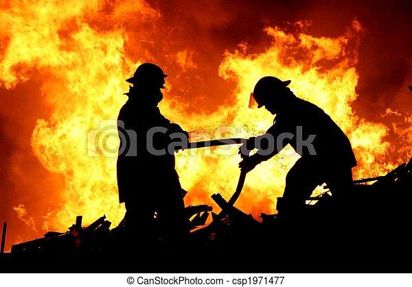 Dos bomberos y llamas - csp1971477