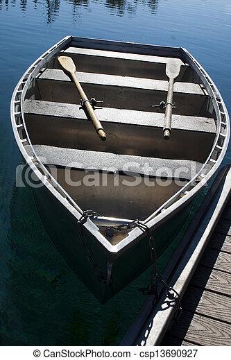 Un bote de remos en el lago en el muelle - csp13690927