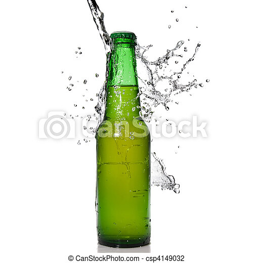 Botella de cerveza verde con agua salpicada aislada en blanco - csp4149032