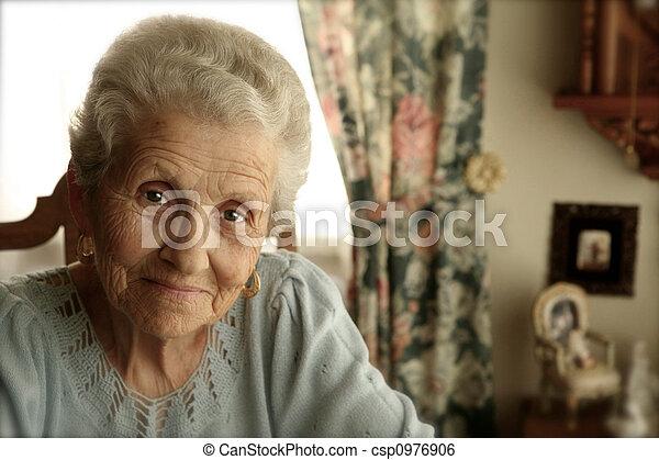 Mujer mayor con ojos brillantes - csp0976906
