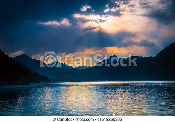 Un humor místico en un lago australiano con nubes donde los rayos de sol brillan - csp19266385