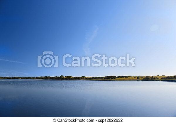 Agua tranquila del lago - csp12822632