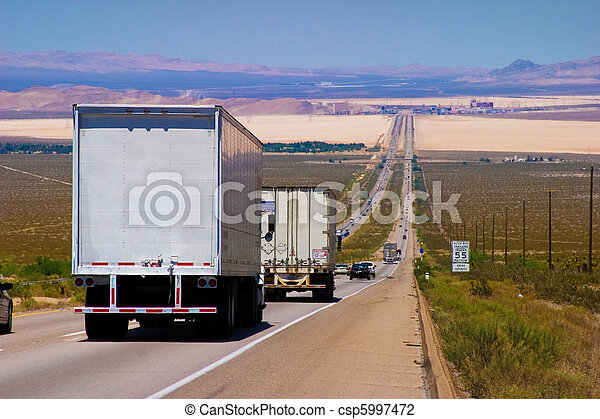 Camiones de reparto interestatales en una carretera. - csp5997472