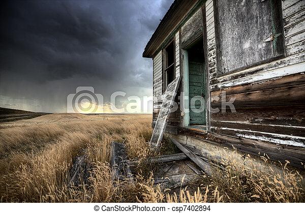 La granja abandonada Saskatchewan canada - csp7402894