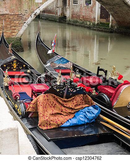 Dos góndolas amarradas en un canal de Venecia - csp12304762