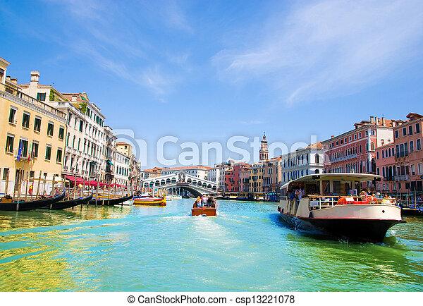El gran canal de Venecia con góndolas y Rialto Bridge, Italia - csp13221078