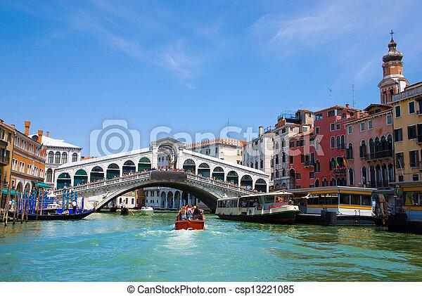El gran canal de Venecia con góndolas y Rialto Bridge, Italia - csp13221085