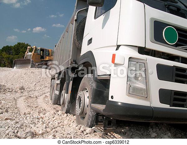 Cargando un gran material de construcción de camiones - csp6339012