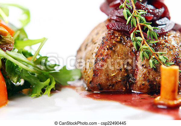 Carne fresca y sabrosa con guarnición gourmet - csp22490445
